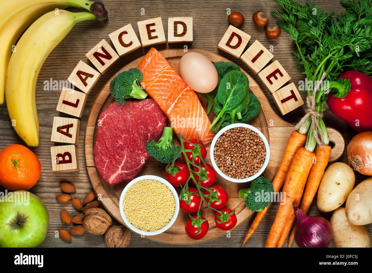Dieta equilibrada - alimentos saludables en la mesa de madera Imagen De Stock