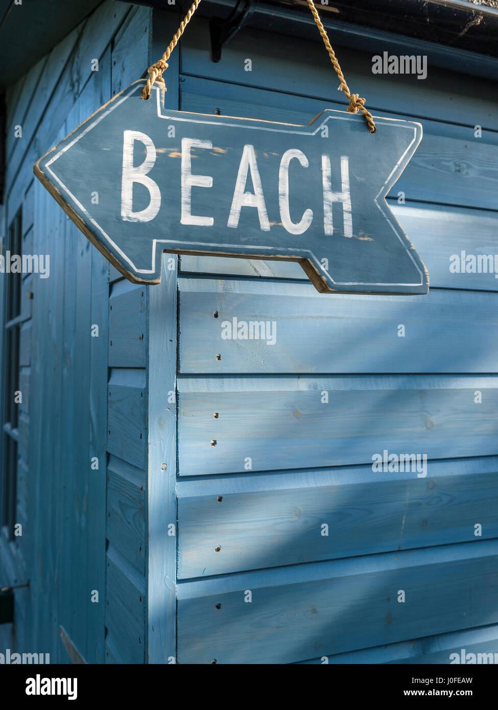 Rústicas de madera con forma de flecha azul cartel colgado en madera Chalet Azul apuntando en dirección Imagen De Stock
