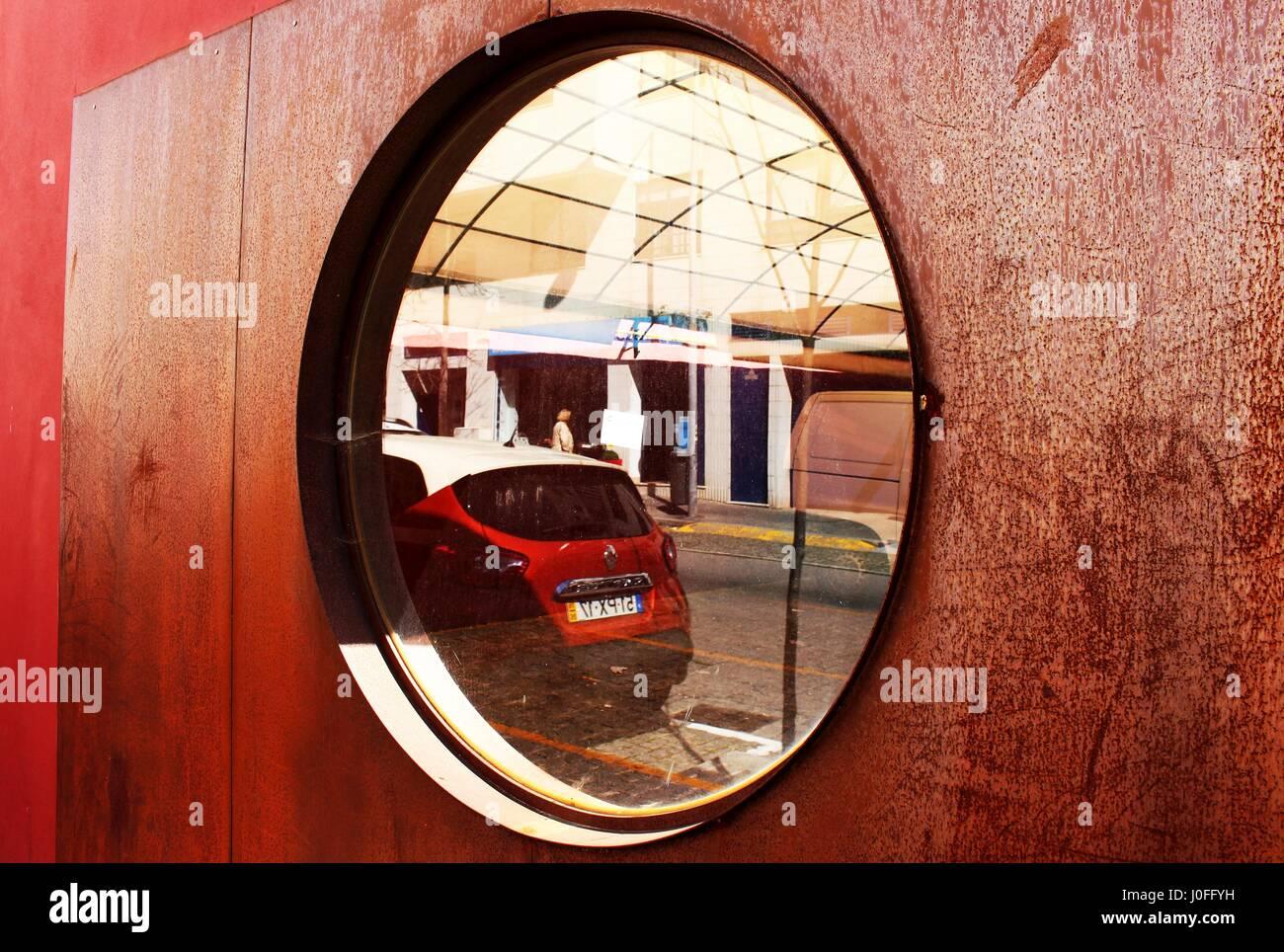 La ventana de la puerta de madera en el centro de Matosinhos, Porto, Portugal. Foto de stock