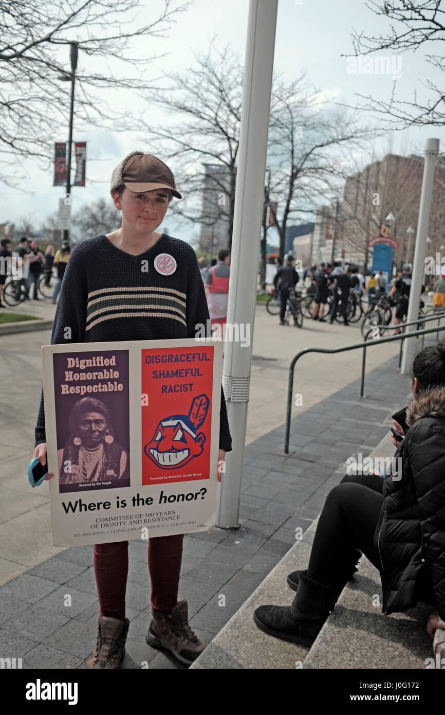 Mujer protestando por el uso del Jefe Wahoo mascota por los Indios de Cleveland - organización en Cleveland, Imagen De Stock