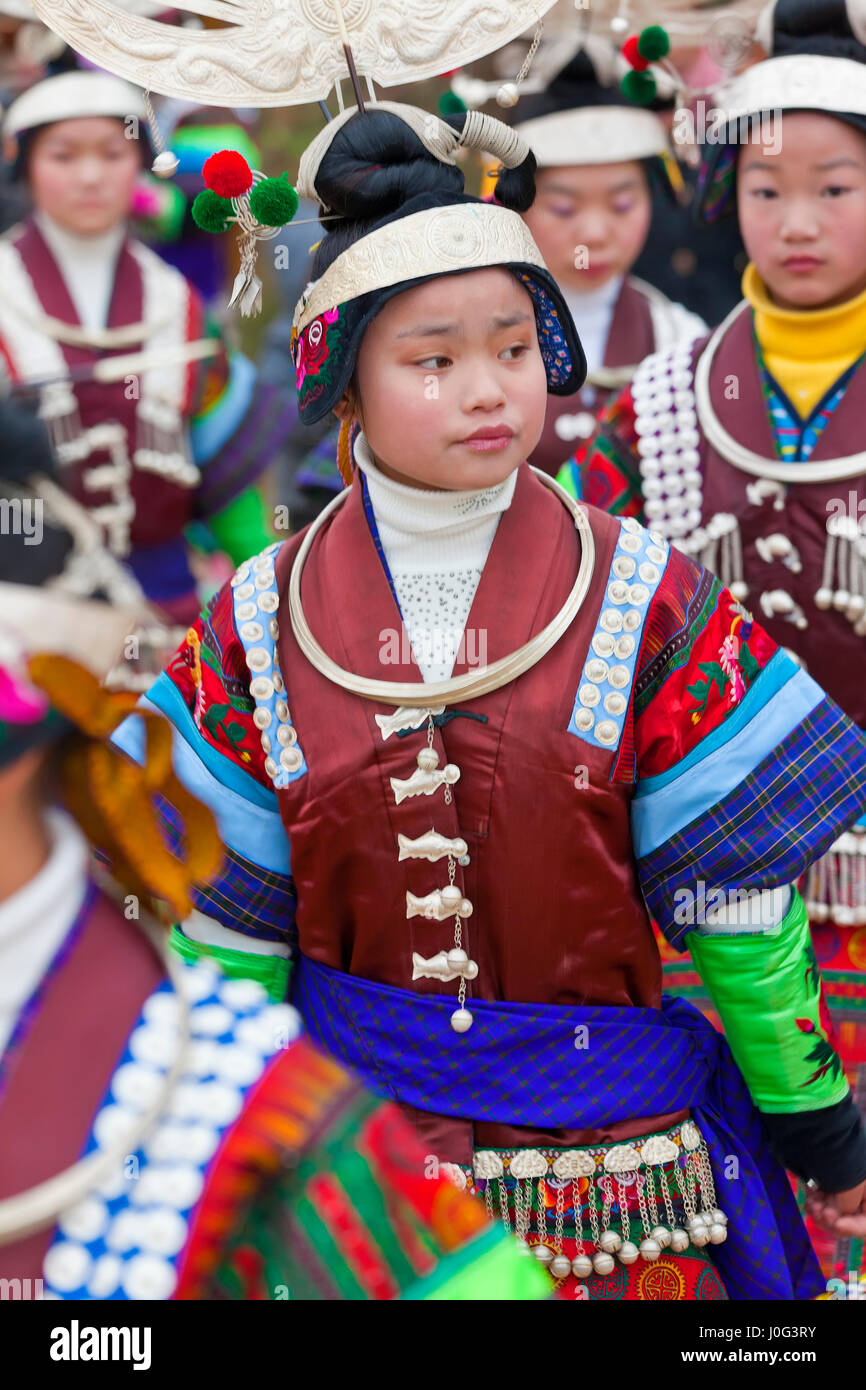Miao niñas bailando en el festival nr Kaili, provincia de Guizhou, China Imagen De Stock