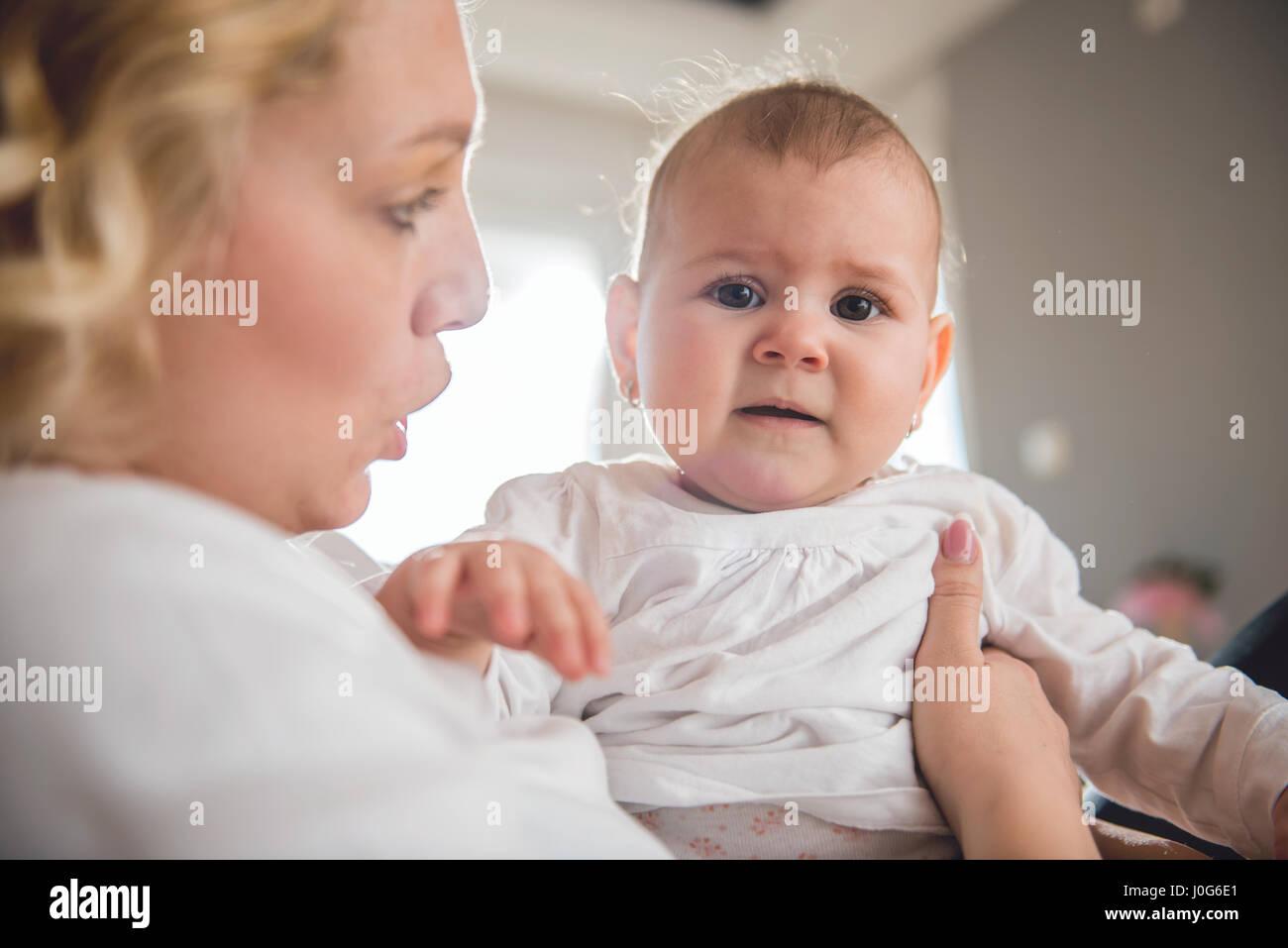 Madre sosteniendo a su bebé llorando Imagen De Stock