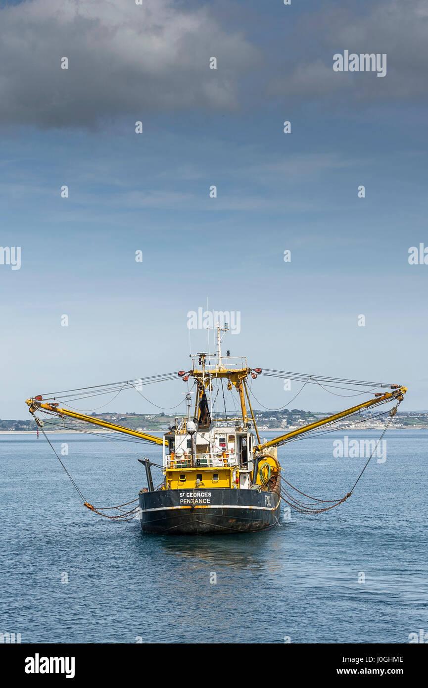Arrastrero haz dejando puerto pesquero barco de pesca industria pesquera iniciar viaje de pesca PZ1052 St Georges costa marítima Newlyn escena costera Foto de stock