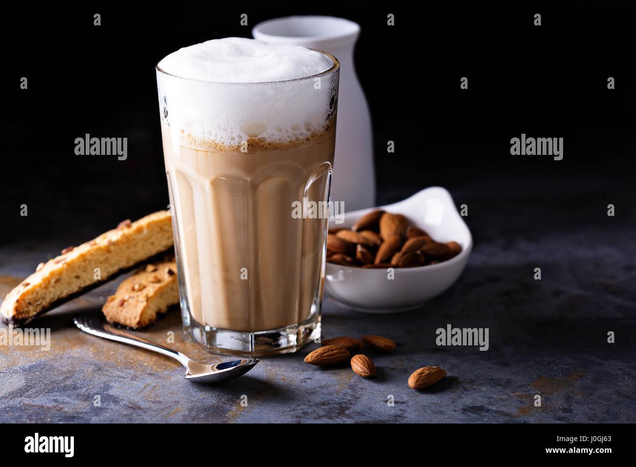 Café latte con leche de almendras Imagen De Stock