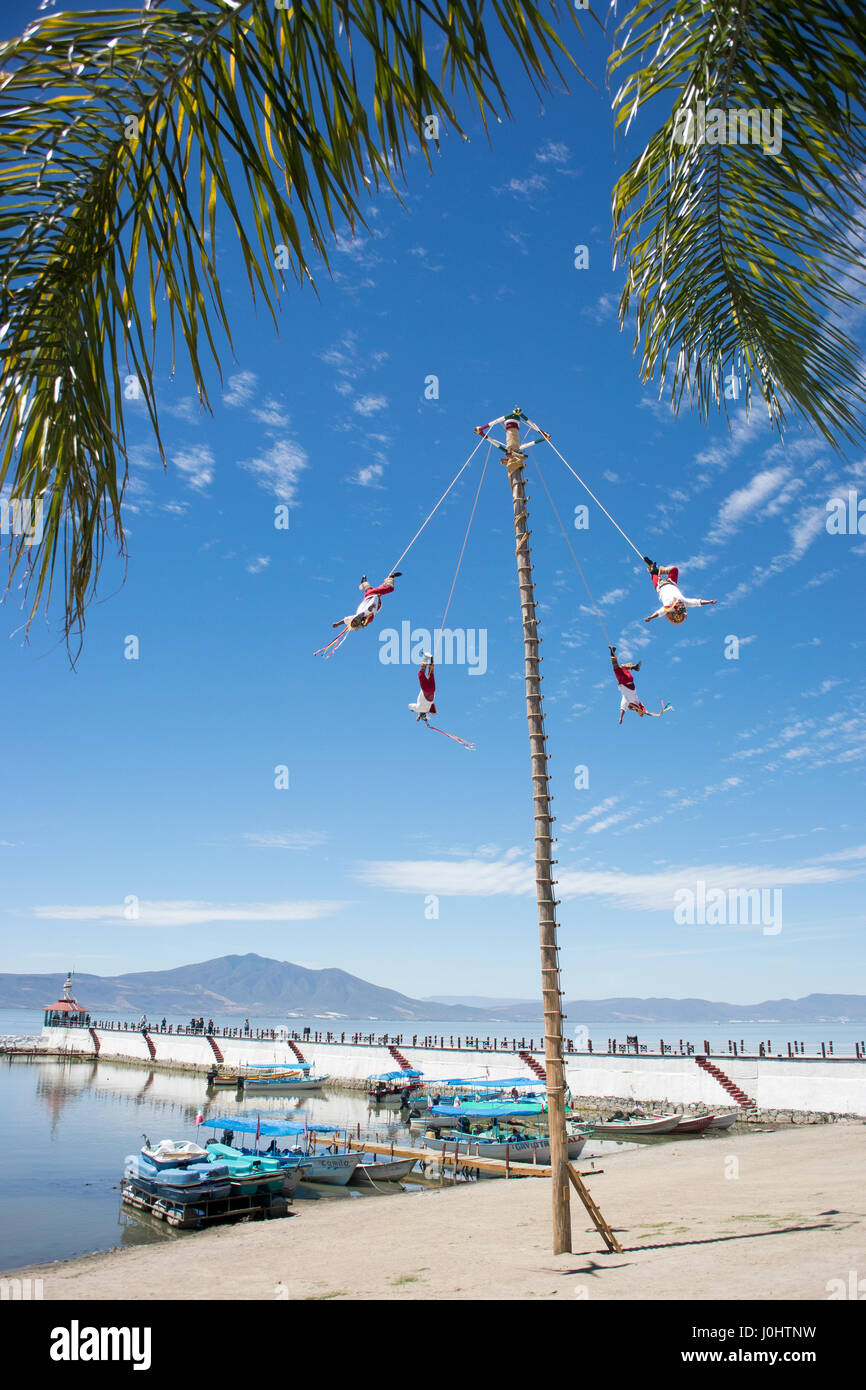 Danza de los voladores (Danza de los voladores), o Palo Volador (pole volar), Chapala, Jalisco, México. Imagen De Stock