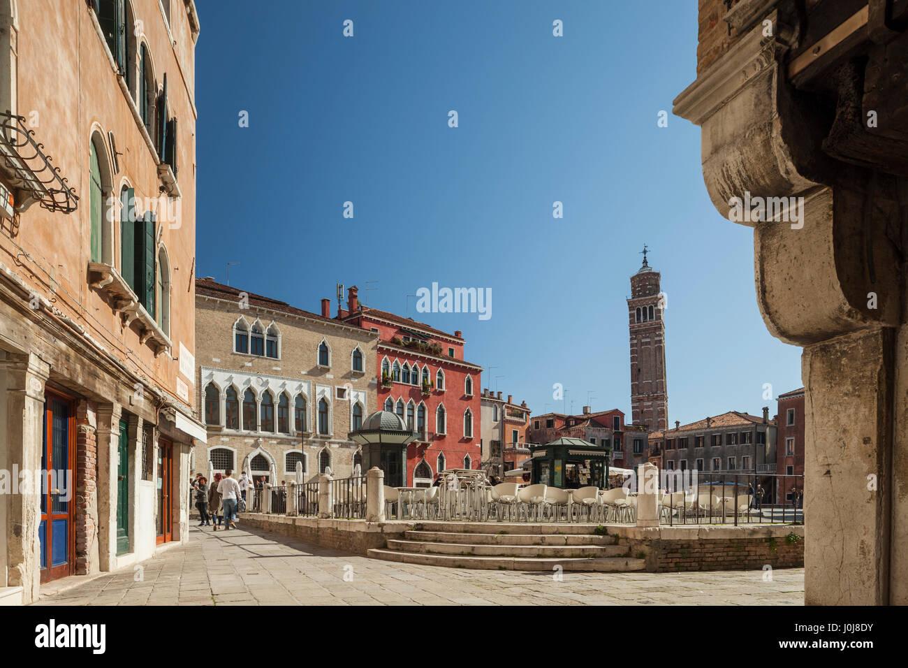 Campo Sant'Anzolo en el Sestiere de San Marco, Venecia, Italia. Imagen De Stock