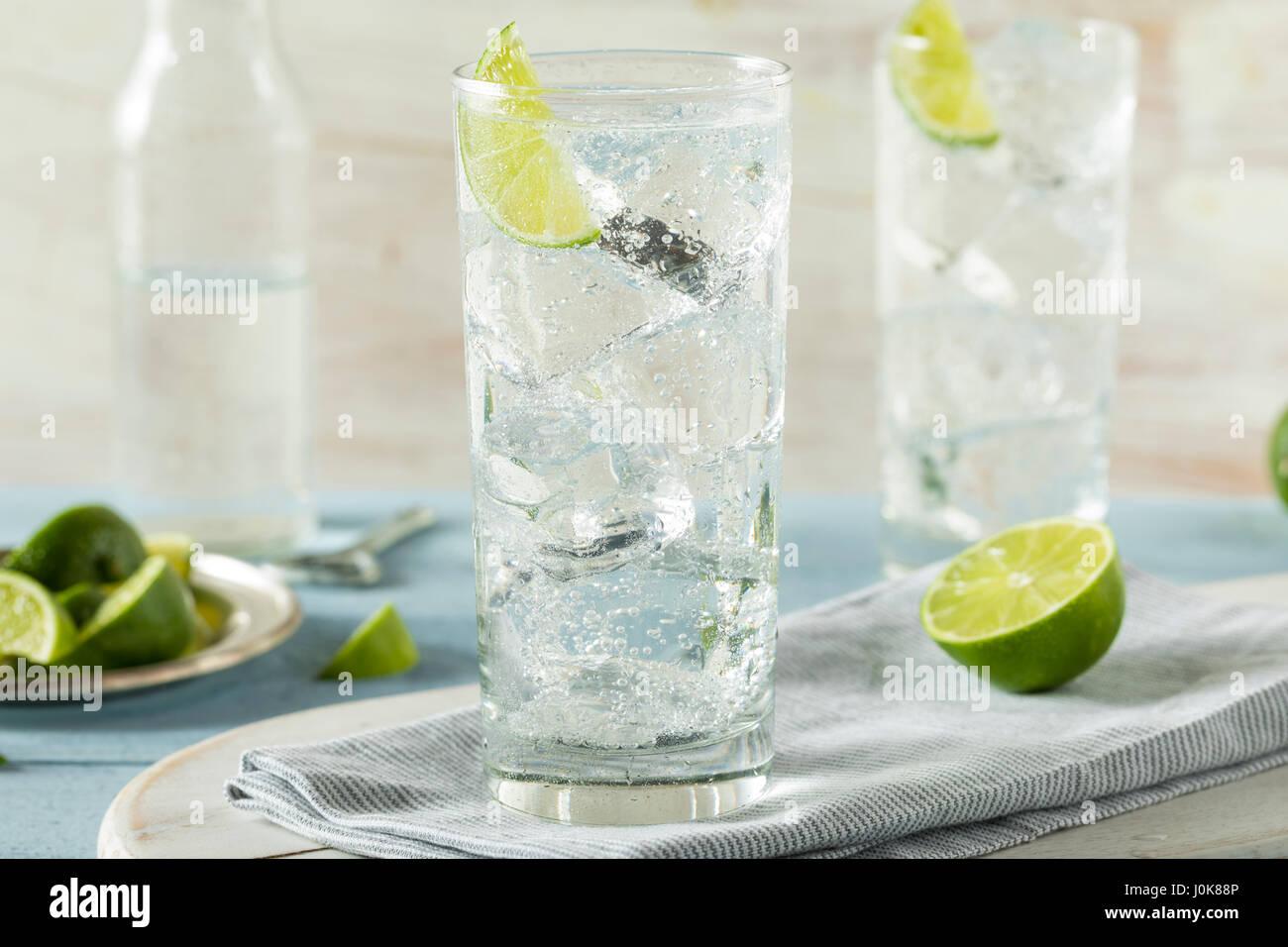 Disco refrescante agua cristalina con una guarnición de cal Imagen De Stock