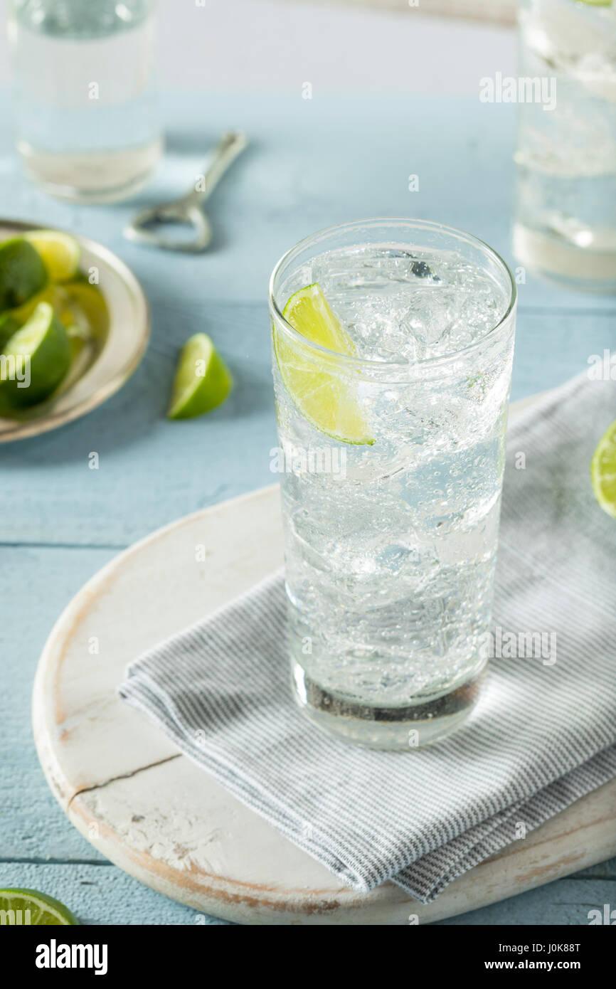 Disco refrescante agua cristalina con una guarnición de cal Foto de stock