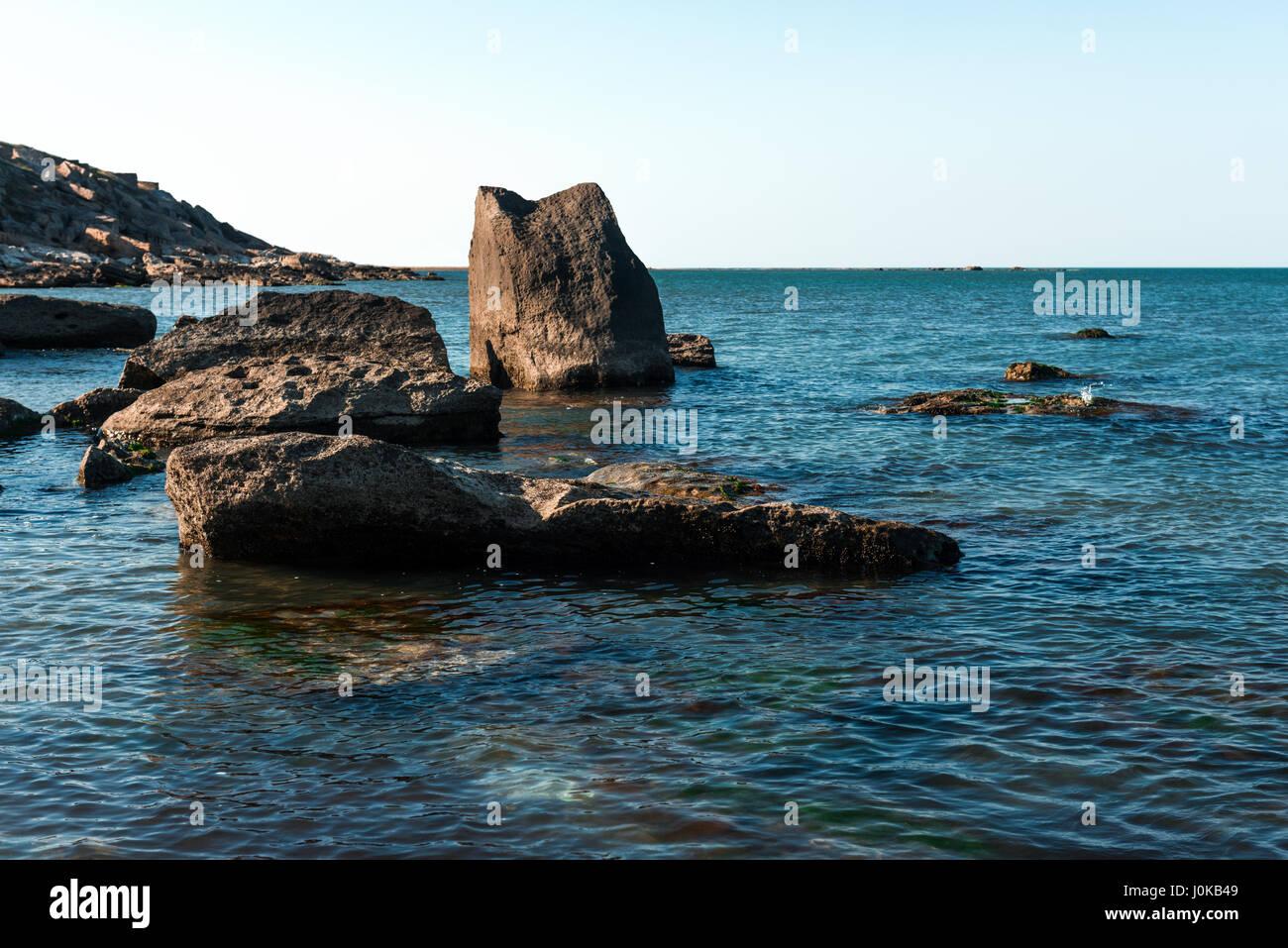 Costa con rocas y agua azul Imagen De Stock