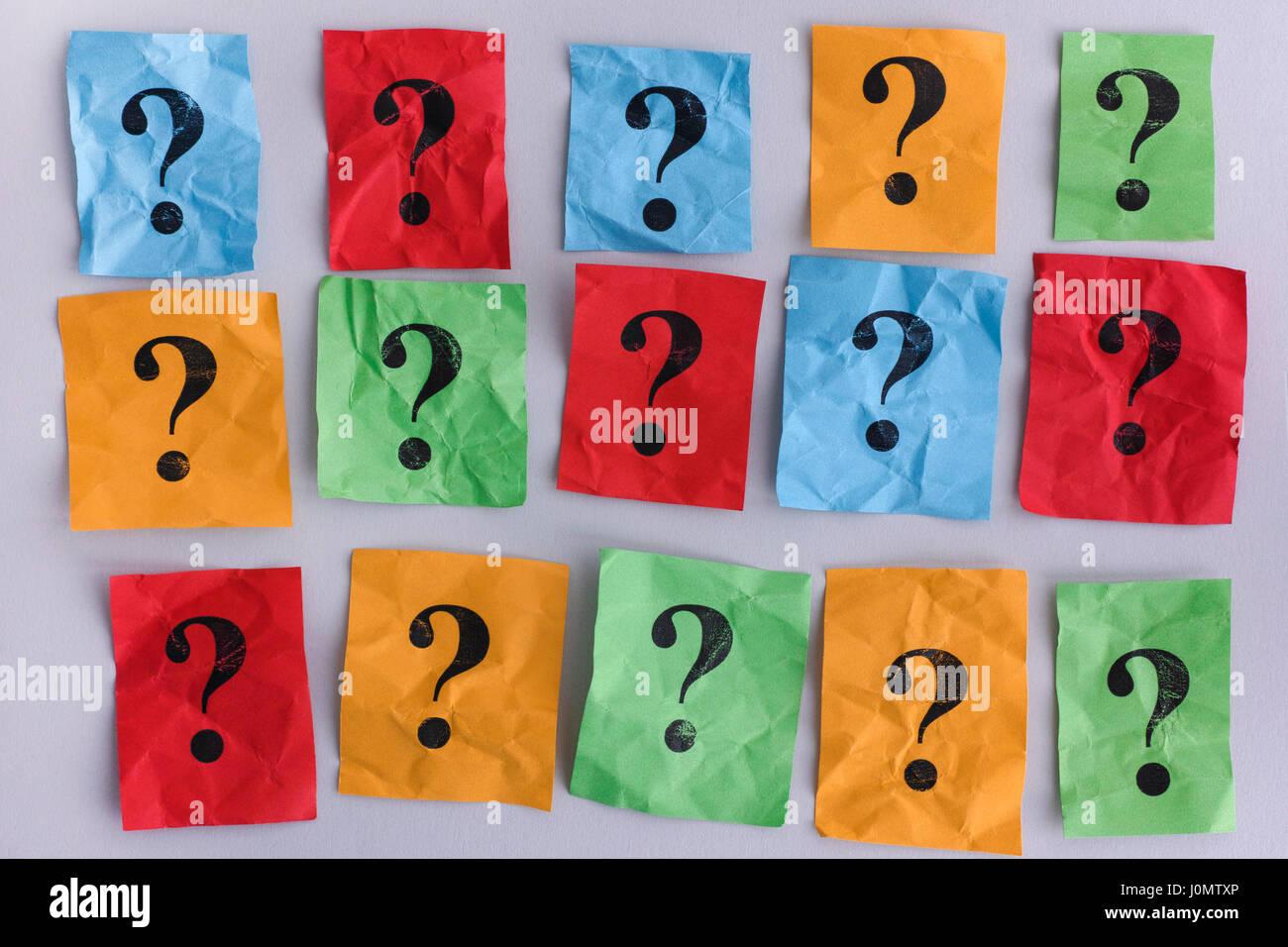Los signos de interrogación. Notas de papel colorido con signos de interrogación. Concepto imagen. Closeup. Foto de stock
