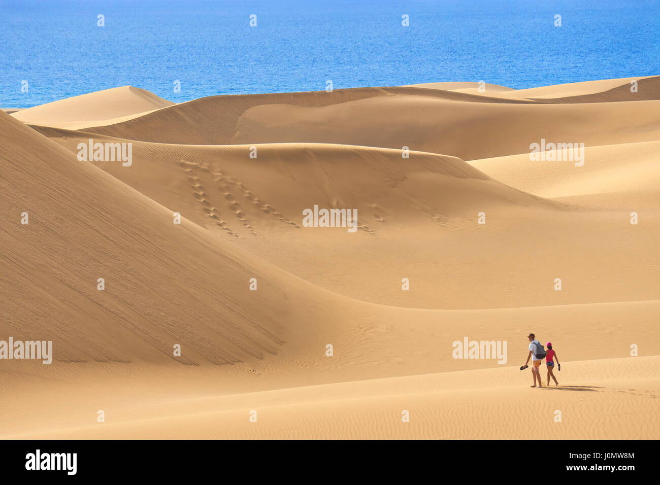 Los turistas en el Parque Nacional de las dunas de arena de Maspalomas, Gran Canaria, España Imagen De Stock