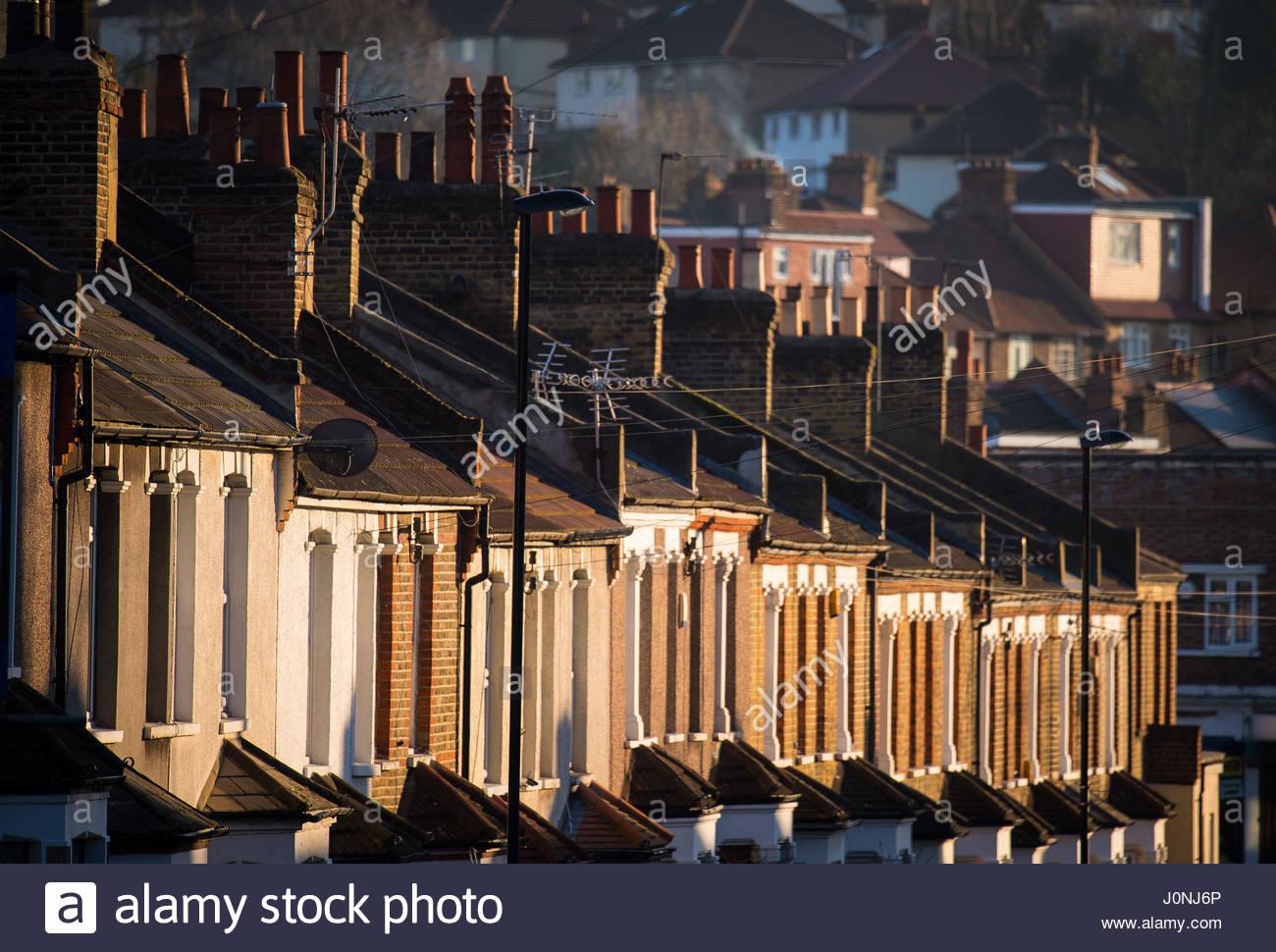 Foto de archivo de fecha 19/01/16 de casas adosadas, como viviendas de toda Gran Bretaña han visto £29 millones Foto de stock