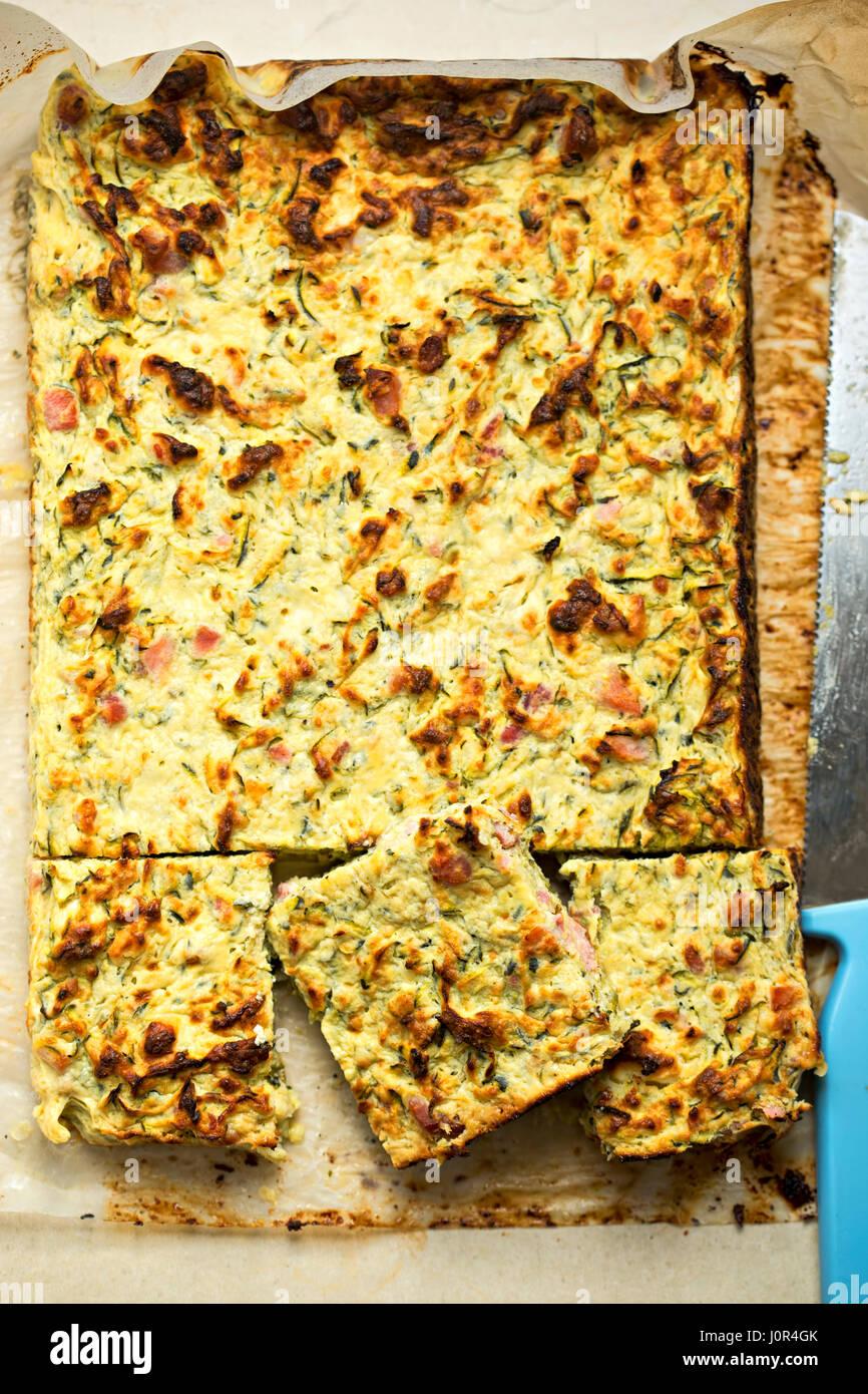 Zucchini bacon queso sabroso pastel frittata Imagen De Stock