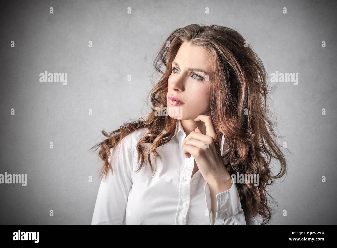 Morena empresaria pensando Imagen De Stock