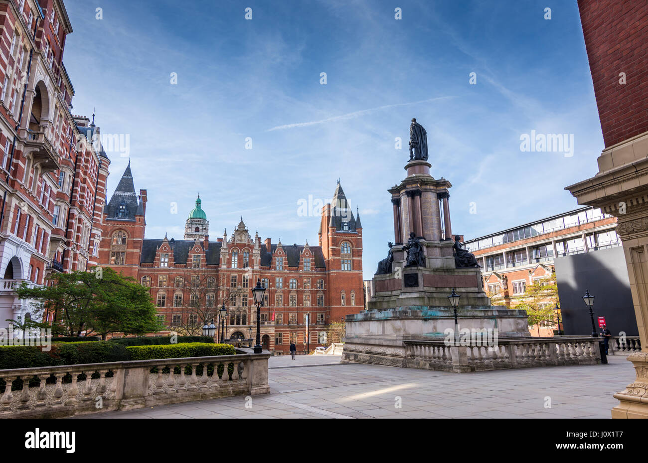 Londres, Reino Unido - 5 de abril de 2017: El Royal College of Music y Royal Albert hall estatua en South Kensington, Foto de stock
