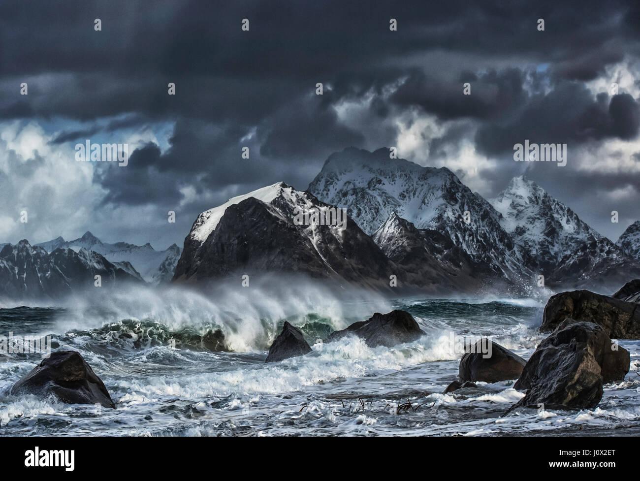El mar embravecido, Myrland, Flakstad, Lofoten, Noruega Foto de stock