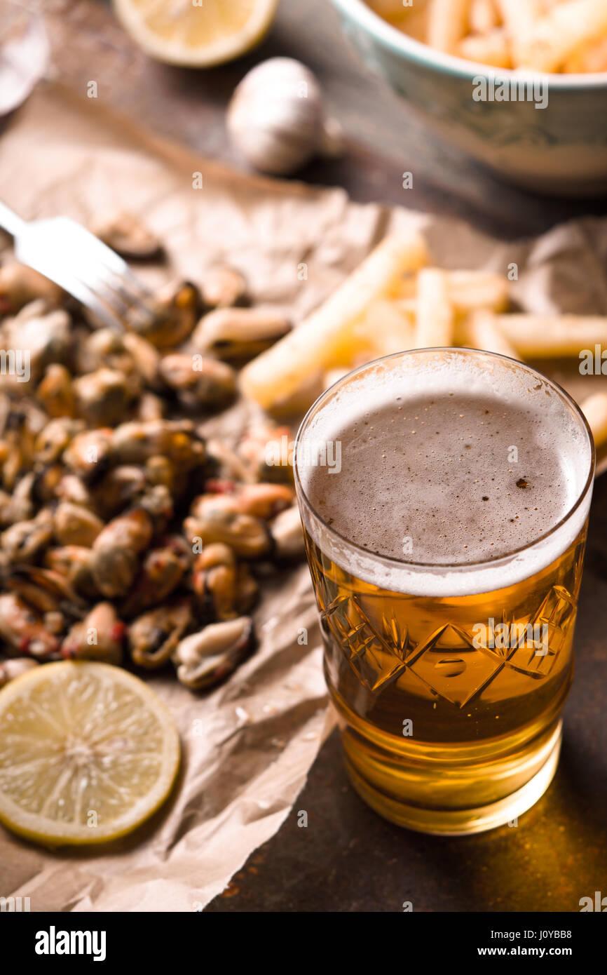 Vaso de cerveza con snack borrosa vertical Foto de stock