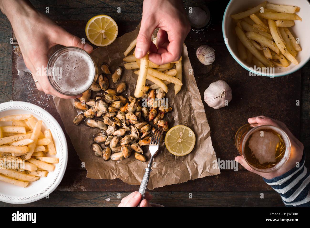 Bebiendo cerveza con aperitivos tradicionales belgas vista superior Imagen De Stock
