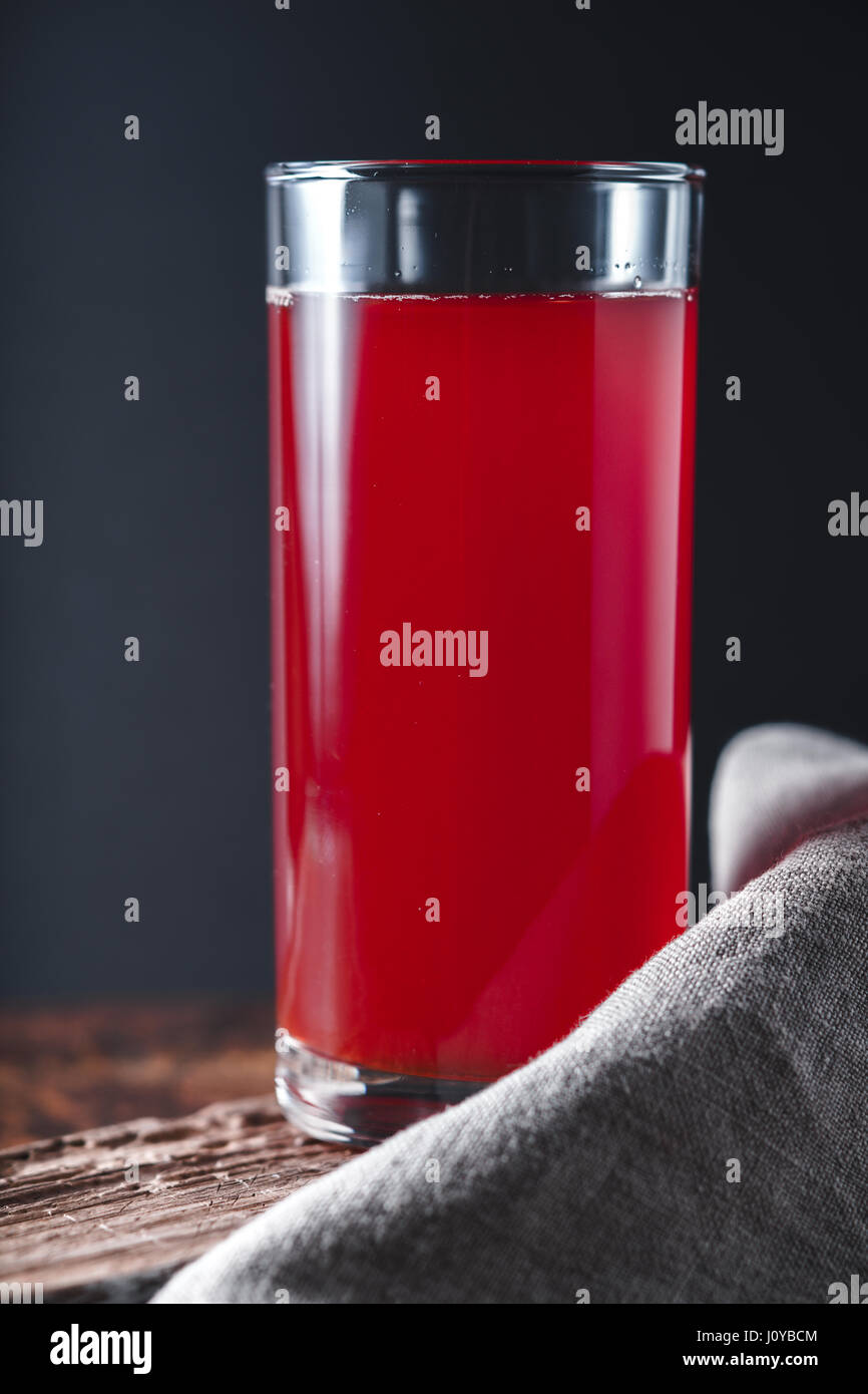 El jugo de la baya en la vertical de la mesa de madera Imagen De Stock