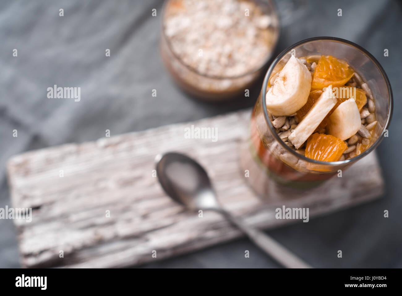 Postres de fruta y yogur en el fondo borroso vista superior Imagen De Stock