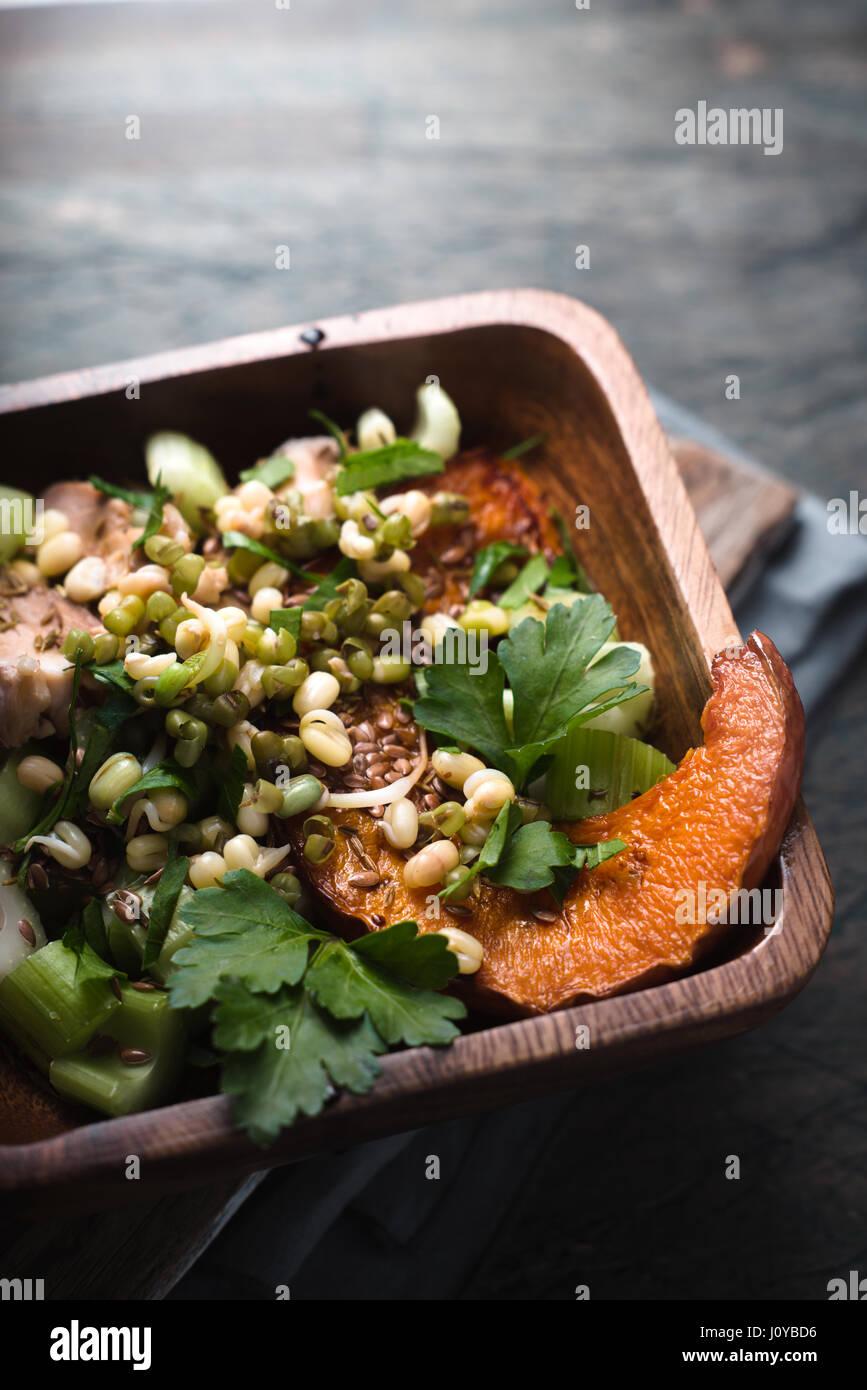 Calabaza cocida con puré de patatas y perejil en el tazón de madera Imagen De Stock