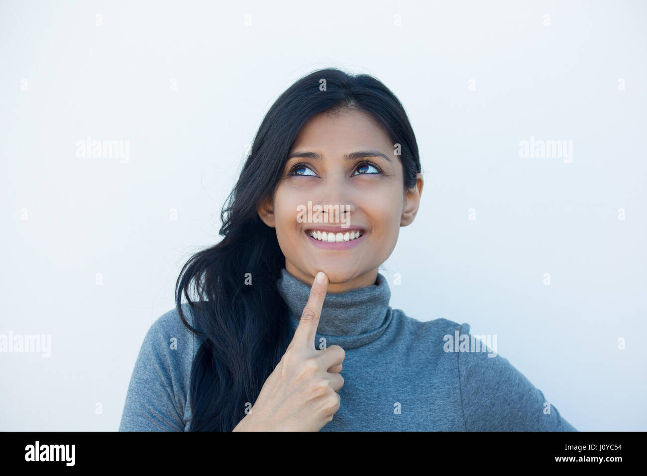 Closeup retrato, encantadora sonrisa optimista alegre feliz joven mirando hacia arriba soñar algo bonito, aislada Imagen De Stock