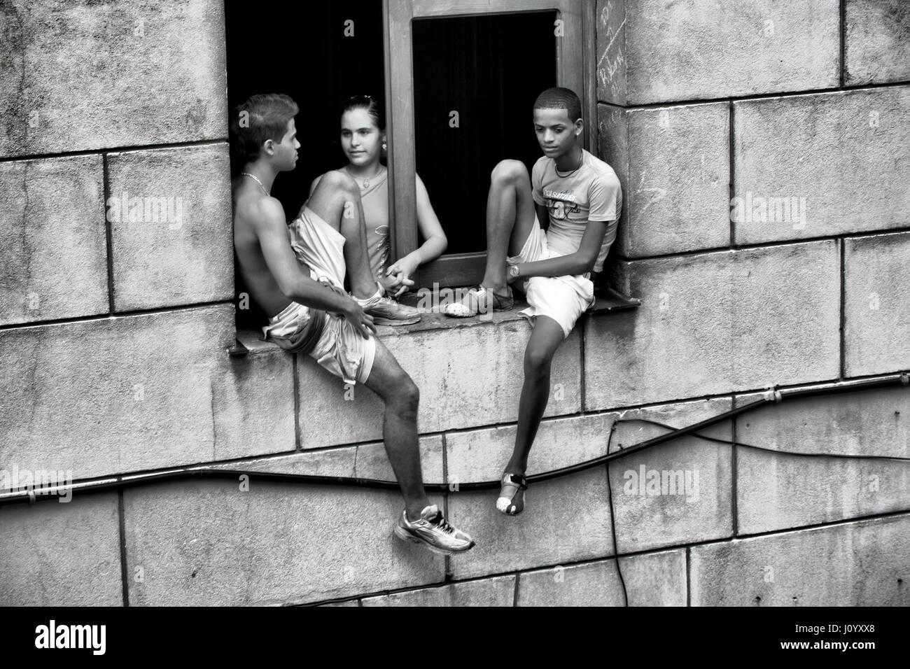 Remolcar chicos y una chica en La Habana, Cuba Foto de stock
