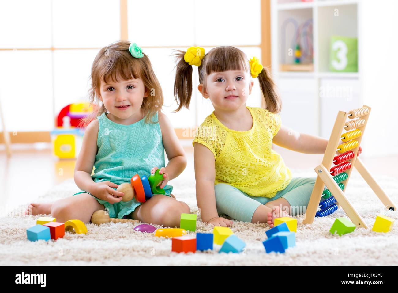 Preescolar Y Jardin De Infantes: Niños Jugando Juntos. Niño Niño Y Bebé Jugar Con Bloques