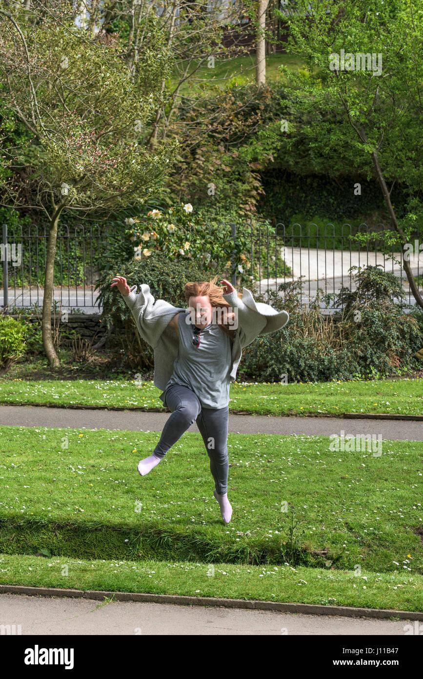 Mujer Saltar Saltar Saltar saltar el puente de esfuerzo físico de energía desafío energético Imagen De Stock