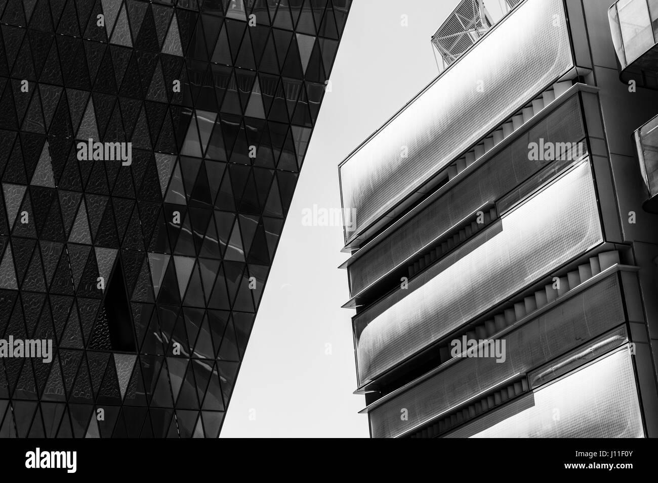 Ángulo de visión baja de fachada de edificio moderno Foto de stock