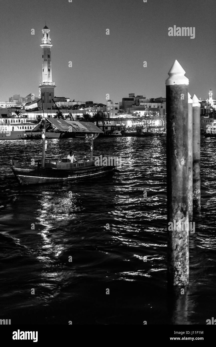 Riverside ver tradicional de la antigua Dubai pasajeros contra barcos de madera minarete Imagen De Stock