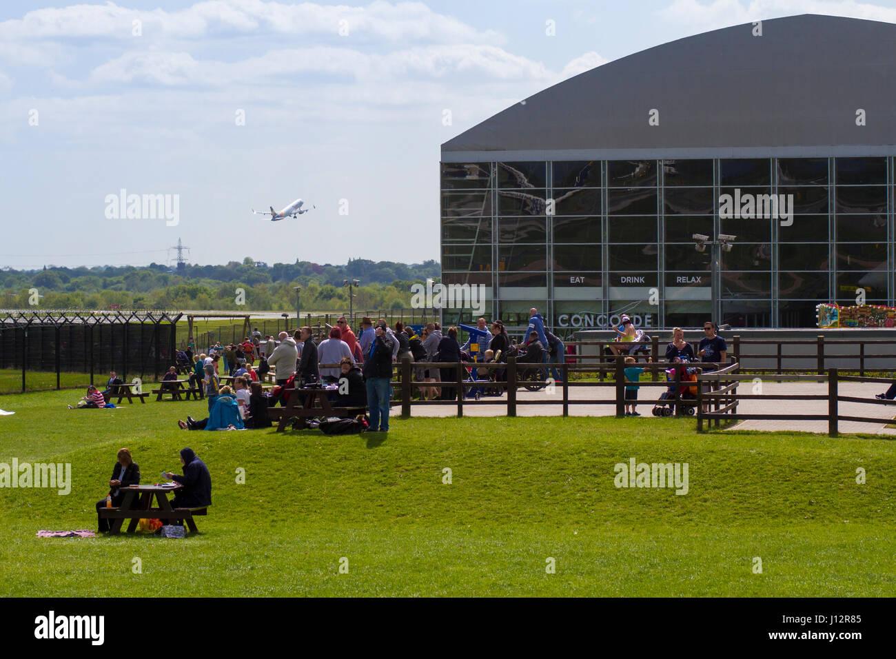 Planespotters viendo los aviones en el aeropuerto de Manchester Aviation Ver Park Imagen De Stock