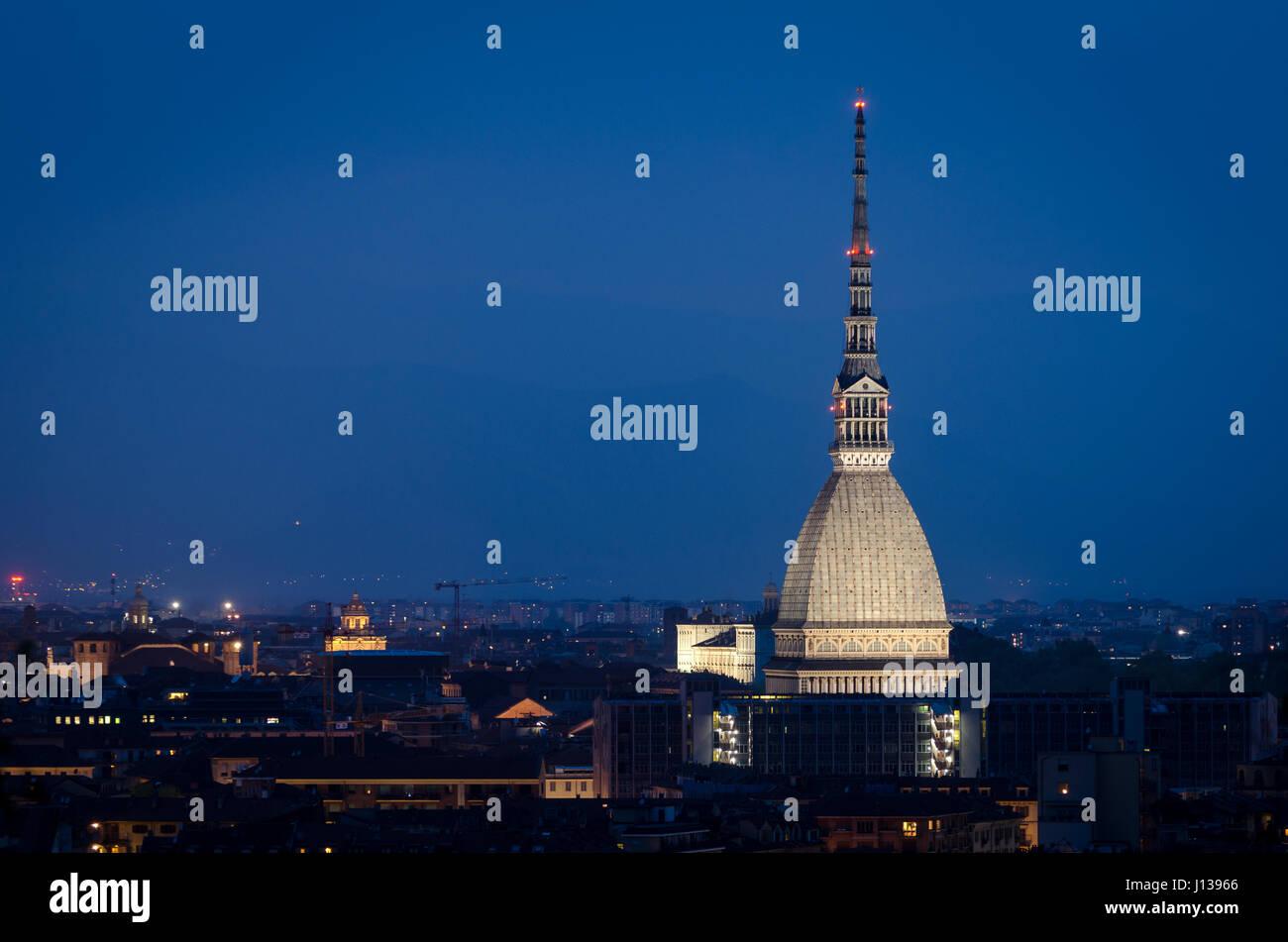 La Mole Antonelliana de Turín en la noche Foto de stock