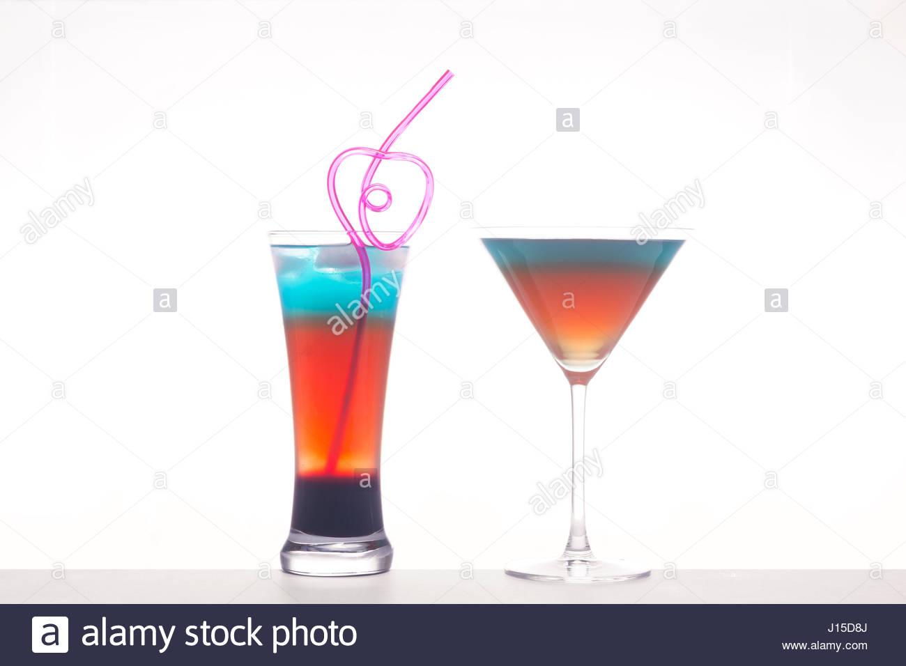 Rainbow mezclado cócteles sobre fondo blanco aislado Foto de stock