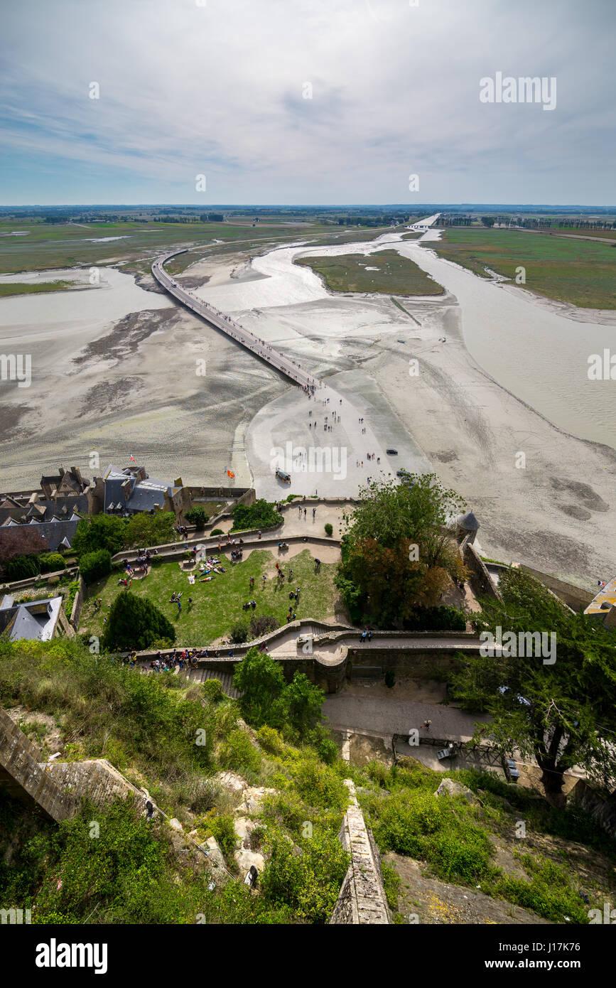 Vista superior en la bahía del Monte Saint-Michel en marea baja en septiembre, Francia Foto de stock
