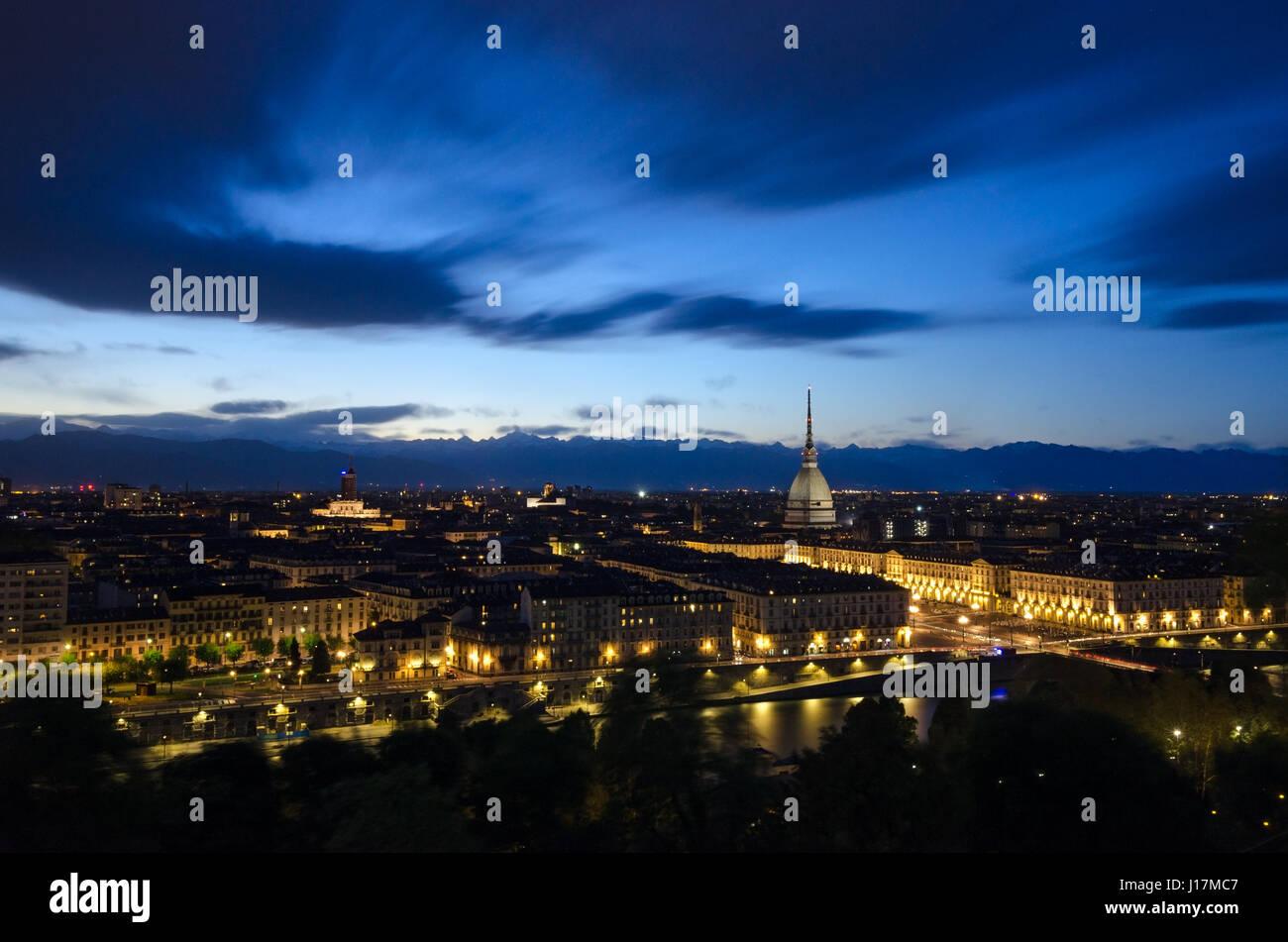 Turín panorama escénico con Mole Antonelliana en penumbra Foto de stock