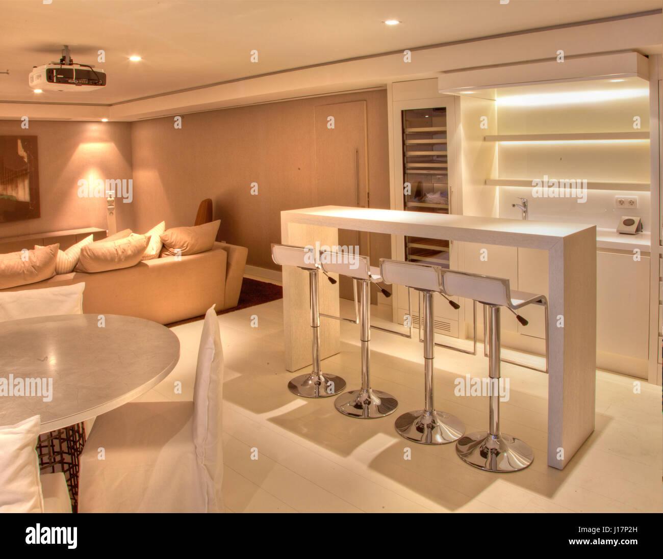 Hermosa Y Moderna Casa Con Luces Indirectas Foto Imagen De Stock - Luces-indirectas