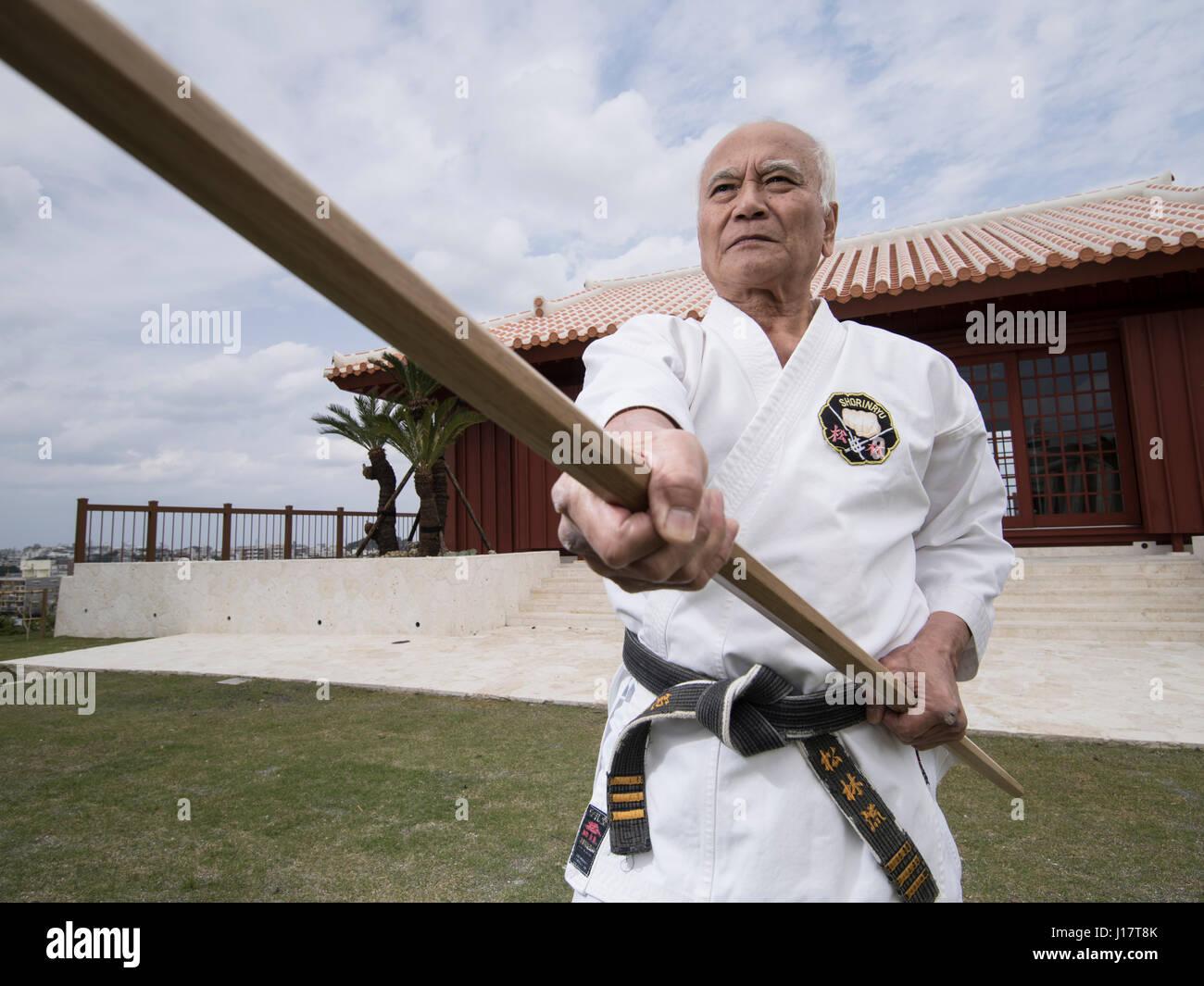 Maestro de karate Sensei Arakaki en los 100 eventos en karate y kobudo Kata Kaikan, Okinawa, Japón Foto de stock