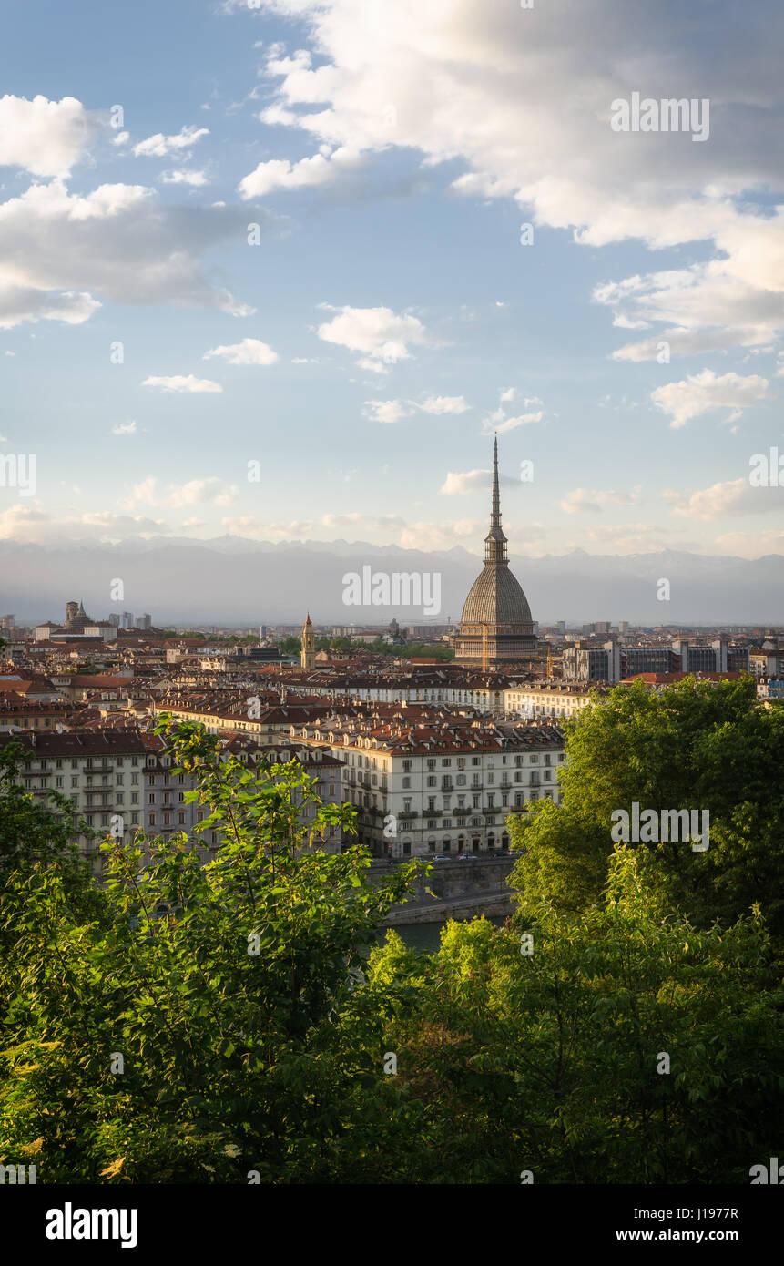 Torino panorama con Mole Antonelliana al atardecer Foto de stock