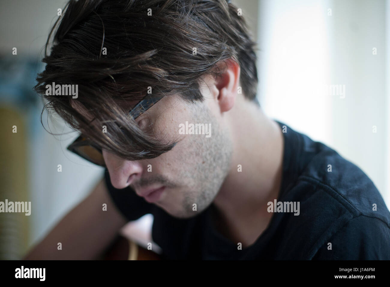 Retrato de un hombre joven guapo Imagen De Stock