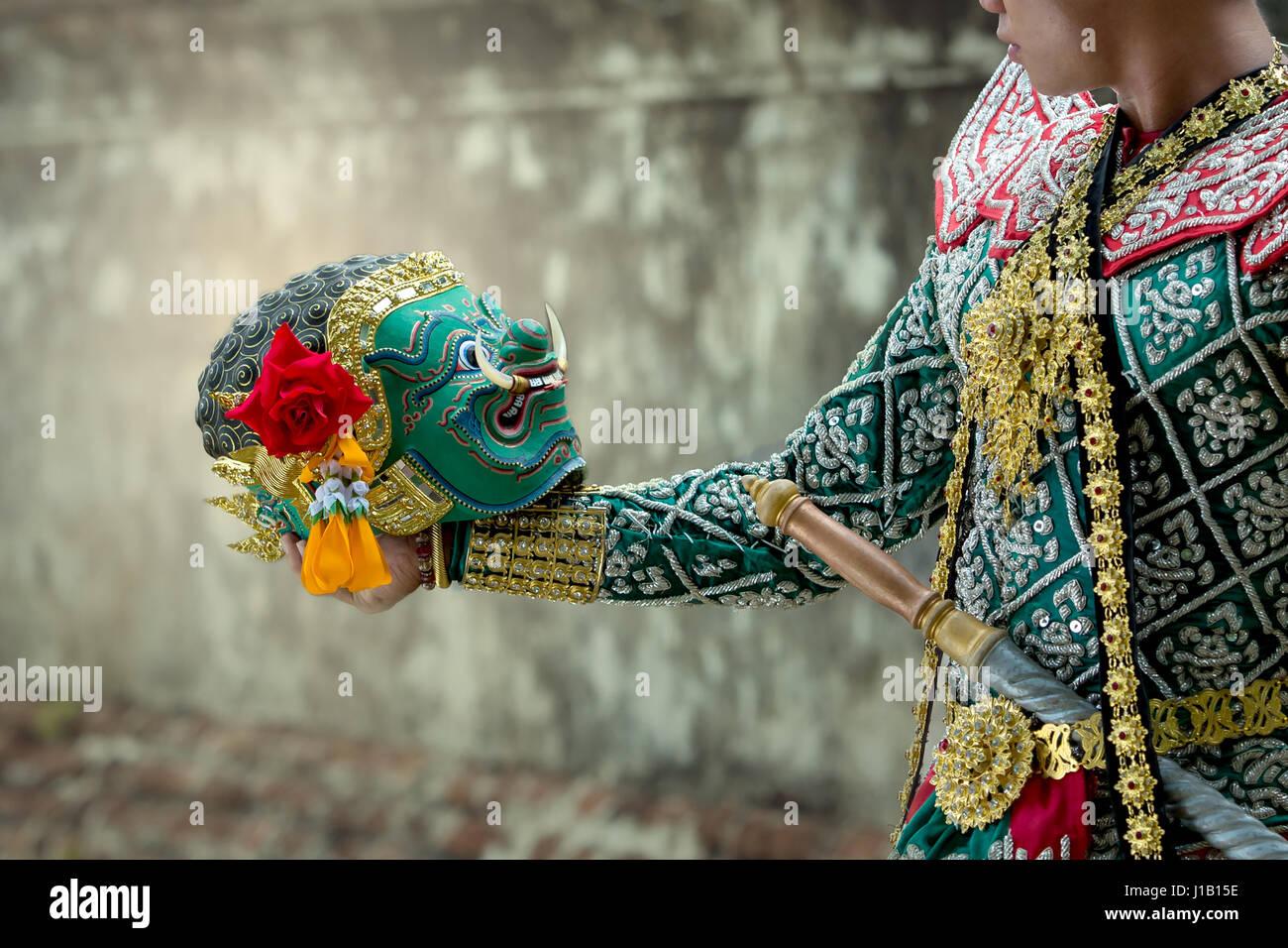 Kumbhakarna y Hanuman Arte Cultura bailando en Tailandia khon enmascarados en la literatura Ramayana de Asia. Foto de stock
