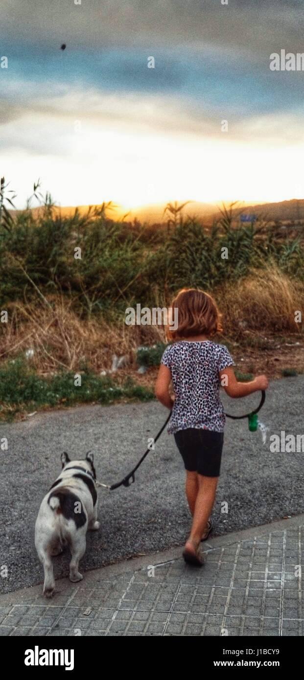 La nena y el perro. Mi hija con nuestro perro Coco de paseo Imagen De Stock