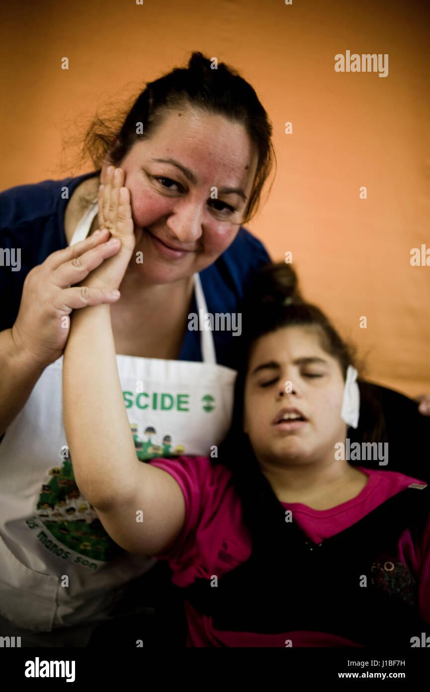 Genoveva Jiménez y su hija Jeni Morales. Centro para jovenes con sordoceguera Santa Ángela de la Cruz, Imagen De Stock