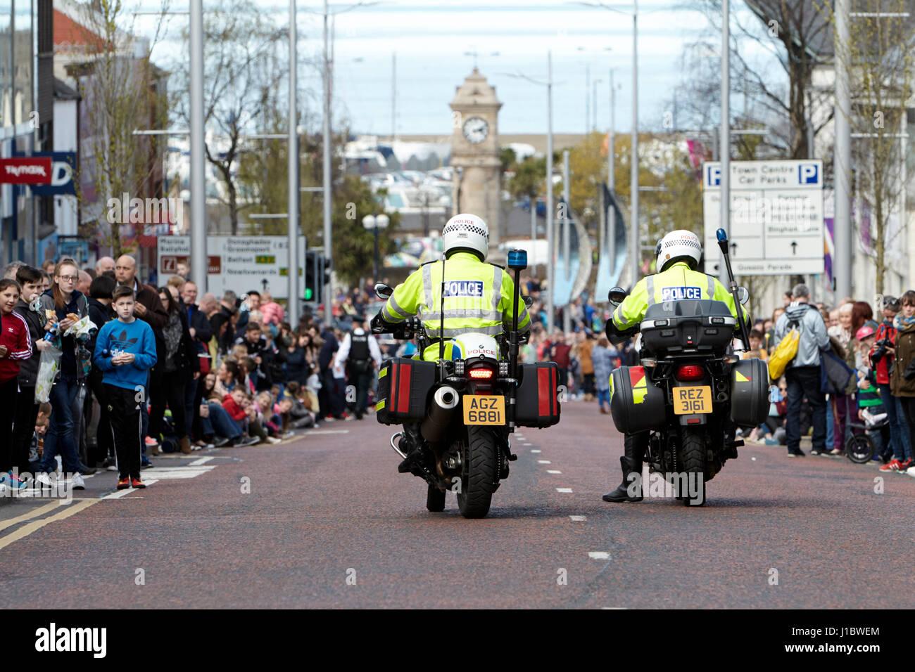 Psni policía policía de tráfico en moto BMW durante un evento turístico desfile en Bangor, Irlanda Imagen De Stock