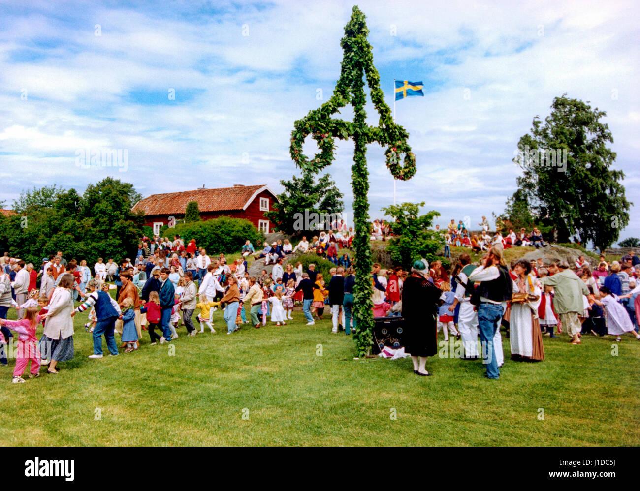 Fiestas de verano en Suecia Södermanland 2004 con obras de teatro y danza alrededor del polo Foto de stock