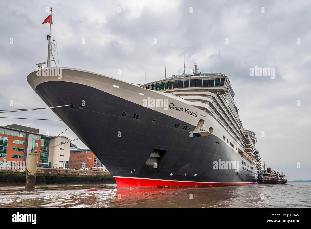 Ferry Merseytravel Snowdrop ensayando la función de una licitación para la Cunard liner crucero Reina Imagen De Stock