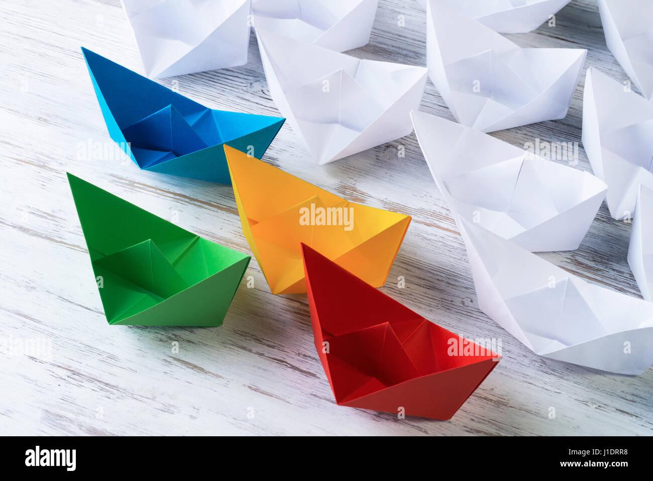 Concepto de liderazgo empresarial con blanco y color en barquitos de papel Imagen De Stock