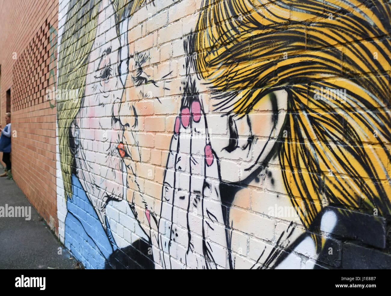 Melbourne, Australia. 21 de abril de 2017. Un mural en Melbourne mostrando Donald Trump besando a su rival presidencial Imagen De Stock