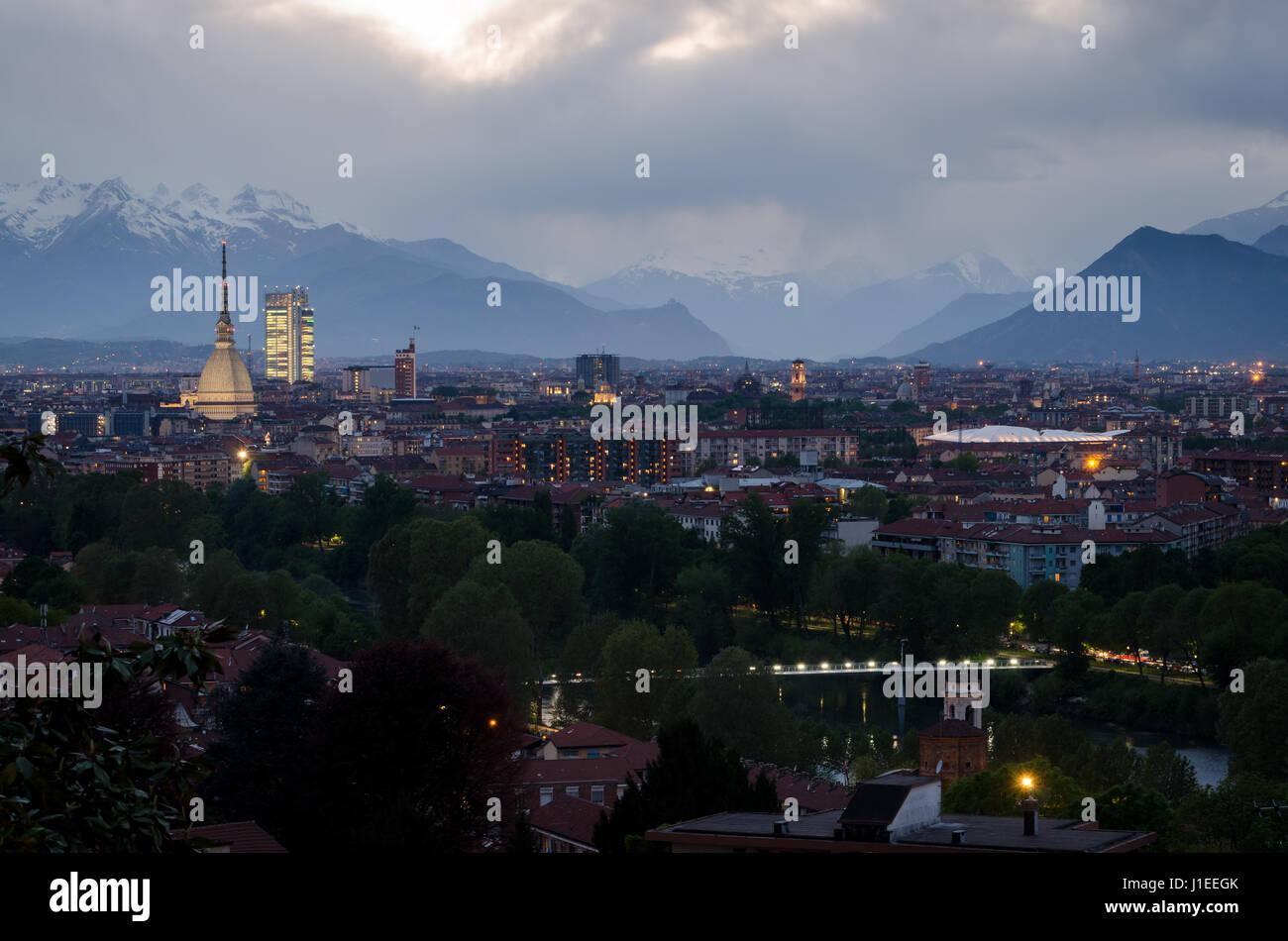 Torino, skyline con Mole Antonelliana y el Valle de Susa Foto de stock