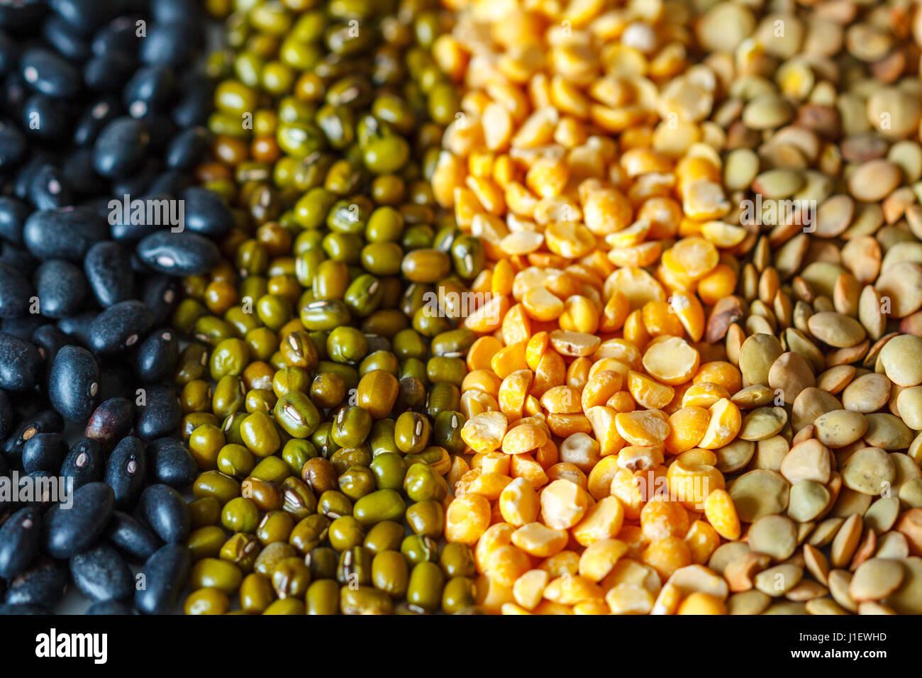 Antecedentes: cereales, guisantes, garbanzos, lentejas, frijoles negros Imagen De Stock